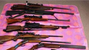 Useita kiväärejä pnikillä peitolla