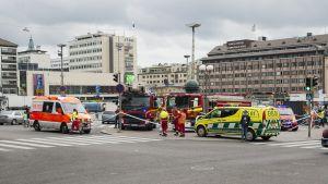 Pelastuslaitos puukotuspaikalla Turun torilla perjantaina 18. elokuuta 2017.