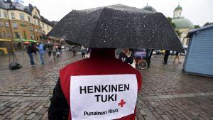 Punaisen Ristin työntekijä Turun kauppatorilla lauantaina 19. elokuuta 2017. Turun keskustassa puukotettiin useita ihmisiä perjantaina 18. elokuuta.
