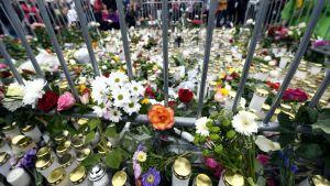 Muistokynttilöitä ja kukkia