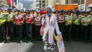 Hoitoalan työntekijät osoittivat mieltään helmikuussa Venezuelassa, missä monet sairaalat kärsivät lääke- ja tarvikapulasta.