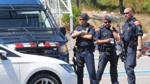 Espanjan poliisi tutkii ajoneuvoja Espanjan ja Ranskan rajalla La-Jonqueran lähellä 20. elokuuta.