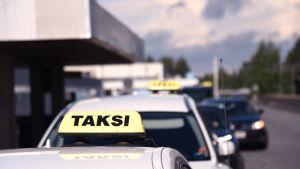 Takseja jonossa Oulun yliopistollisen sairaalan edustalla.
