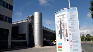 Opastekyltti Oulun yliopistollisen sairaalan ja Pohjois-Pohjanmaan sairaanhoitopiirin rakennusten sisääntuloväylällä.