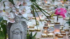 Kynttilä- ja kukkameri muistuttaa Turun puukotuksen uhreista.