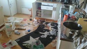 Minipossun aiheuttamia vahinkoja asunnossa.
