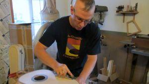 Keijo Korelin valmistaa kitaraa.