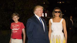Barron, Trump kävelemässä sunnuntaina vanhempiensa kanssa Valkoiseen taloon.