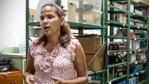 Nainen lääkevarastossa Caracasissa, Venezuelassa.