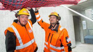 Työturvallisuuden harjoittelualueen avajaisissa Laptin työntekijät esittelevät työturvallisuusrastia.