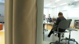 Opiskelua Oulun Talvikankaan koulun avoimessa opetusympäristössä.