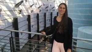Virpi Nikula seisoo kauppakeskuksen käytävällä
