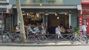 Terrori-iskun kohteeksi joutuneen La Belle Équipe -ravintolan terassi on nykyään lähes aina täynnä.