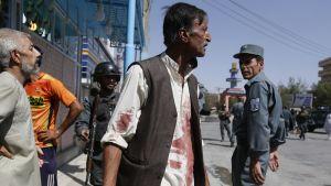 Afgaanimies pakenee terroria paita verisenä