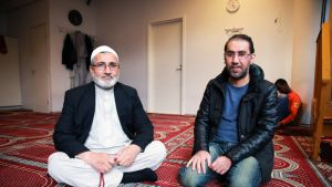 Turun Afganistanilaisen yhdistyksen neuvoston vanhin Mohammad Azizi ja Varissuon rukosuhuoneen käsijä Luay Aljubouri.