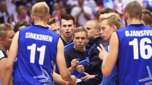 Suomen joukkue ottelun lopussa lentopallon EM-kilpailujen ottelussa Suomi vs Puola Gdanskissa Puolassa Lentopallo