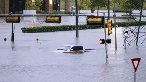 Auto veden valtaamalla kadulla.