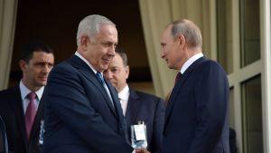 Benjamin Netanyahu tapasi Vladimir Putinin Sotshissa