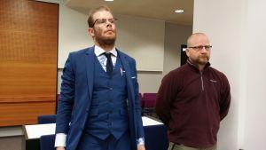 Asianajaja Tommi Koivistoinen ja Vastarintaliikkeen johtohahmo Antti Niemi valmisteluistunnossa Pirkanmaan käräjäoikeudessa.
