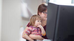 lapsi ja äiti tietokoneella