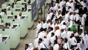 Pyhiinvaeltajat odottivat passintarkastukseen Jeddahissa, Saudi-Arabiassa 27. elokuuta.
