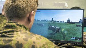 Varusmies pelaa virtuaalikoulutusympäristössä.