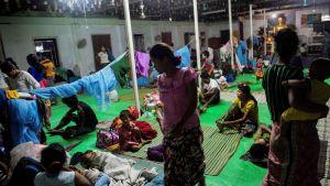 Rohingya-pakolaisia väliaikaisessa majoituksessa Sittwessa, Rakhinessa 30. elokuuta.