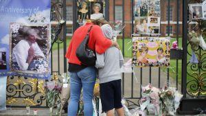 ihmisiä katsomassa Dianan muistopaikkaa