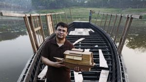 Arkkitehti Mohammed Rezwanin idea kelluvasta koulusta on levinnyt useaan maahan, jossa tulvat vaikeuttavat koulunkäyntiä.