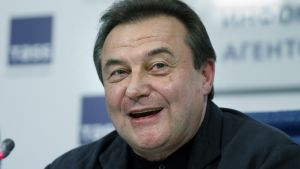 Aleksei Utšitel hymyilee tiedotustilaisuudessa.