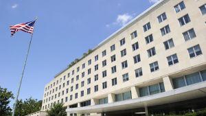 Yhdysvaltain lippu heiluu salossa ulkoministeriön Harry S. Truman Buildingin edustalla. Arkistokuva on vuodelta 2013.