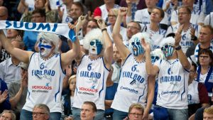 Suomen faneja EM-avauksessa Ranskaa vastaan.