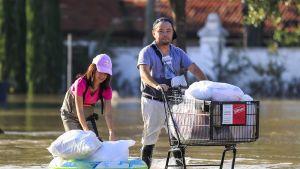 Ihmiset kantoivat tavaroita kodeistaan Houstonissa, Texasissa 31. elokuuta.