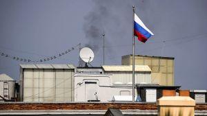 San Franciscon konsulaatin katolla venäjän lippu ja savua