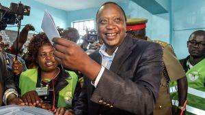Uhuru Kenyatta äänestyslippu kädessään