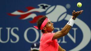 Rafael Nadal syöttää.