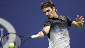 Roger Federer lyö palloa.