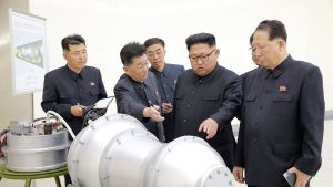 Pohjois-Korean uutistoimisto KCNA:n jakama päiväämätön kuva Kim Jong-Unista tutkimassa metallikoteloa nimeämättömässä paikassa.
