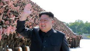 Pohjois-Korean uutistoimiston KCNA:n jakama päiväämätön kuva Kim Jong-unista poseeraamassa valokuvaajille Pjongjangissa, Pohjois-Koreassa.
