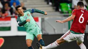 Unkarin Akos Elek häiritsee Cristiano Ronaldon maalintekoaikeita.