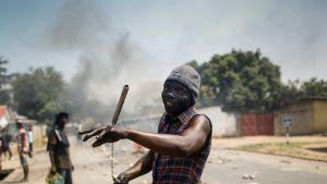 Arkistokuvassa Burundin hallituksen vastainen mielenosoittaja pääkaupunki Bujumburassa kesäkuussa 2015.