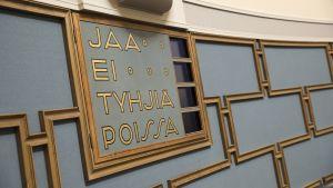 Eduskuntasalin äänestystaulu.