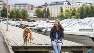 Jenni Sirainen laiturilla koiran kanssa
