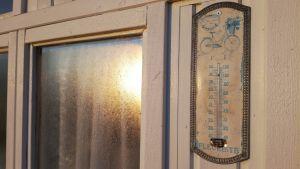 lämpömittari huvimajan seinässä aamuauringossa