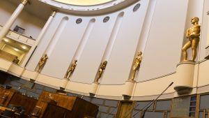 eduskunnan istuntosalin patsaat paljastettiin 05.09.2017