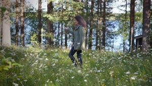 Helena Tiihonen kotirannassa Soppelassa.