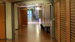 Emäkosken koulun käytävä