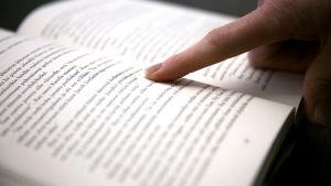 Sormi ohjaa lukemista.