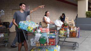 Ihmiset ostivat ruokatarvikkeita varastoon hurrikaani Irman vuoksi.