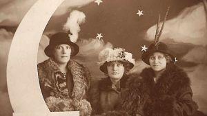 valokuvastudiossa kuunsirppikulissi ja kolme naista vuonna 1914